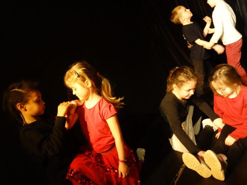 Activités, enfants, Langue des signes, LSF, Ateliers, Théâtre, Éveil théâtral, Danse, Hip- hop, hiphop, Comédie musicale, Clown, Improvisation, éveil musical, musique, yoga, 2020, 2020-2021, cours, activités, loisirs, ados, bébé, 0-3 ans, 4-15 ans, Paris 11, Paris11, 11e, 75011, stages, vacances, spectacles, Compagnie Maya